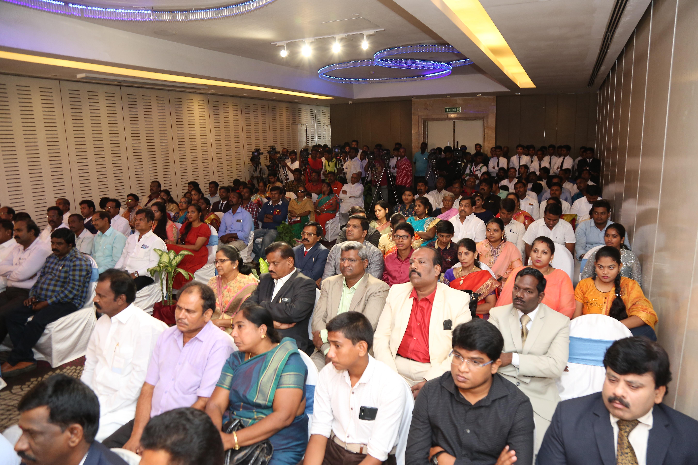 விருது வழங்கும் நிகழ்ச்சியில் கலந்து கொண்ட முக்கிய பிரமுகா்கள்